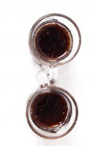 dwie szklanki z colą
